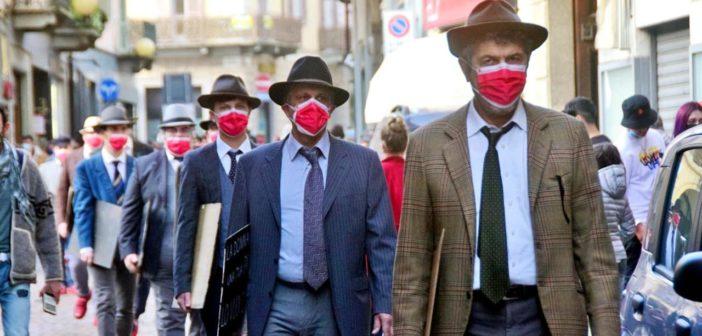 8 marzo 2021: uomini con le scarpe rosse camminano per la città